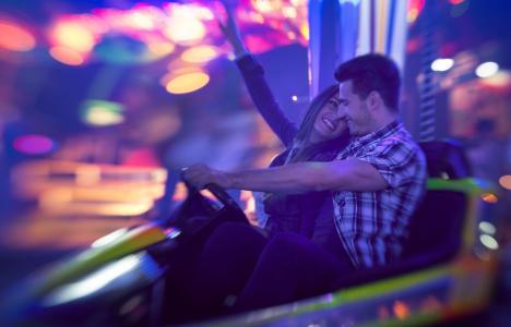 女孩,男朋友,夫妇,微笑,欢乐,幸福,黑妞,汽车,打字机,吸引力,晚上,温暖,休息,灯,情绪,模糊,背景
