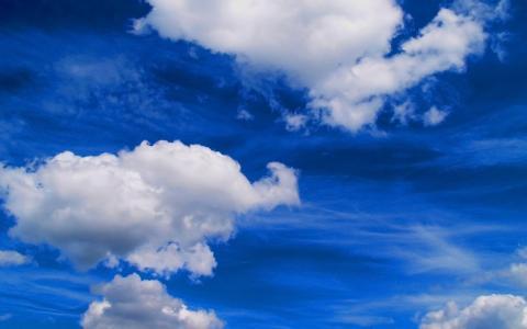 饱和的颜色,蓝蓝的天空,洁白的云朵