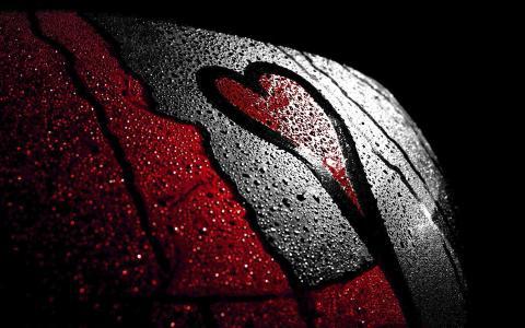 红色的心脏,黑色的边缘,纹身,潮湿的身体,水滴,爱的象征