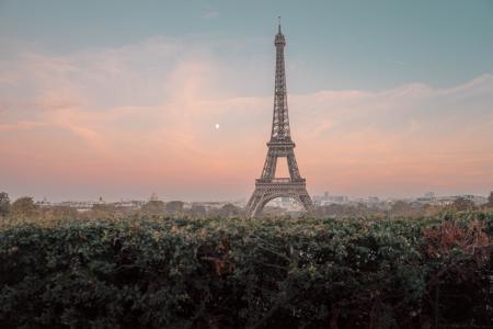 雾色朦胧的埃菲尔铁塔