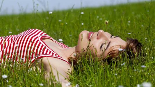 女孩,在草地上,休息,放松,雏菊