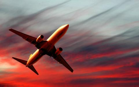 海市蜃楼,飞机,红色的天空,在日落时分