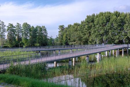 岳阳滨湖公园里的人行栈桥