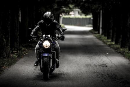 自行车,骑自行车的人,摩托车,骑自行车的人,头盔,道路