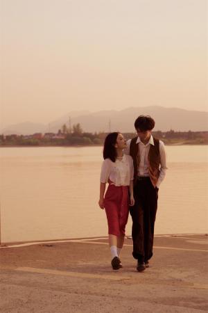 情侣河畔散步