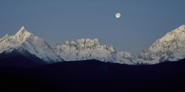 绝美的雪山与明月
