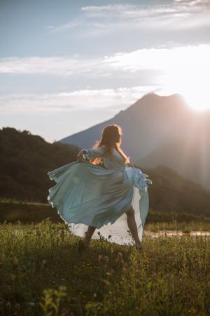 阳光下翩翩起舞的唯美少女