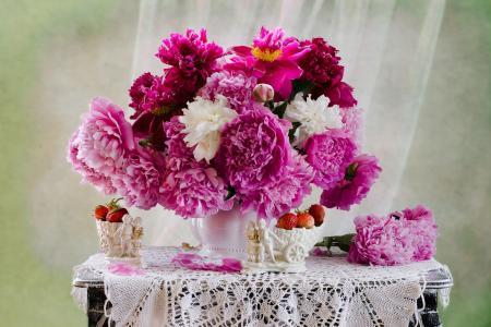 Elizaveta Shavardina,餐桌,餐巾,花瓶,鲜花,牡丹,花瓶,浆果,草莓