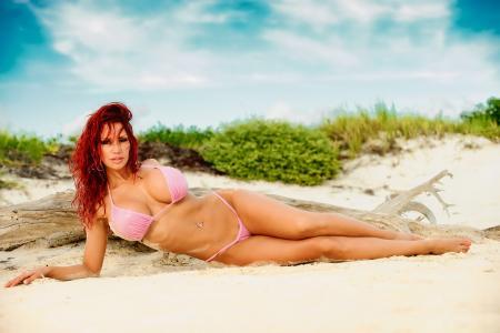 Bianca Beauchamp,Bianca Bousham,躺在比基尼沙滩上