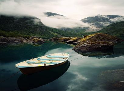 船,水,石头,小山,雾