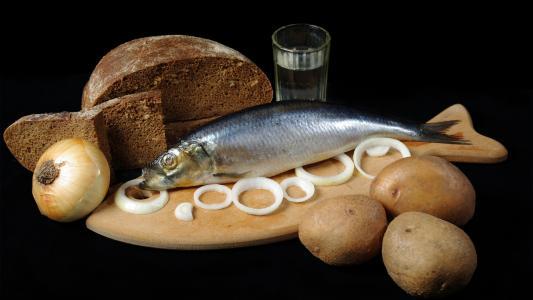 土豆,黑面包,戒指,鲱鱼,灯泡