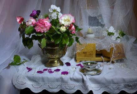Valentina Kolova,静物,餐巾,桌子,花瓶,鲜花,玫瑰,福禄考,棺材,项链,杯子,蜡烛,花瓣,窗帘,薄纱