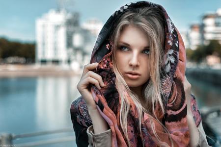 金发碧眼,蓝色的眼睛,围巾,脸