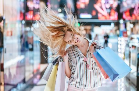 购物中的快乐女人
