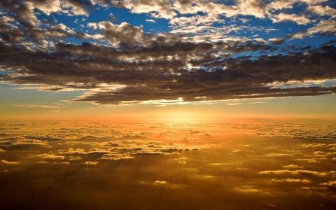 在云端,日落,在飞行中