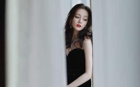 迪丽热巴性感抹胸裙优雅迷人写真