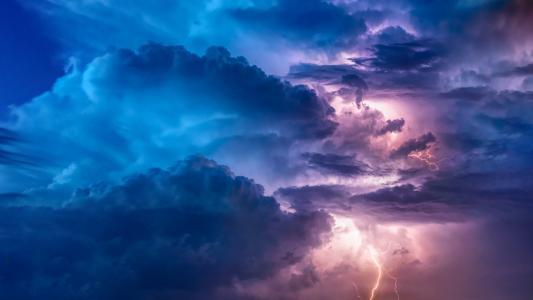 云层间的闪电