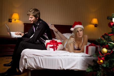 床,女孩,男朋友,玻璃,香槟,礼物,树,圣诞玩具,笔记本电脑