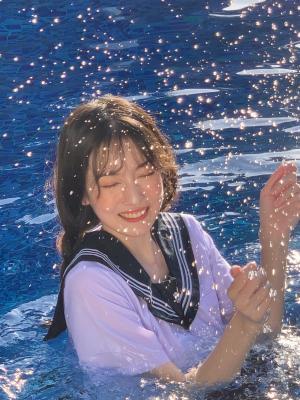 水手服女孩在水中嬉戏