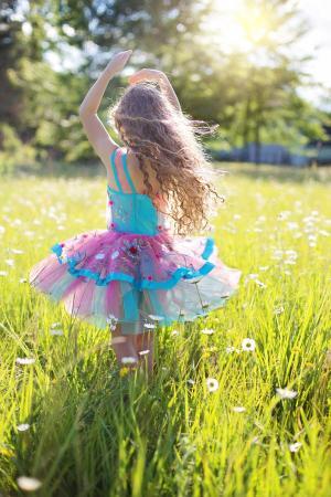 花间翩翩起舞的青春美少女唯美手机壁纸