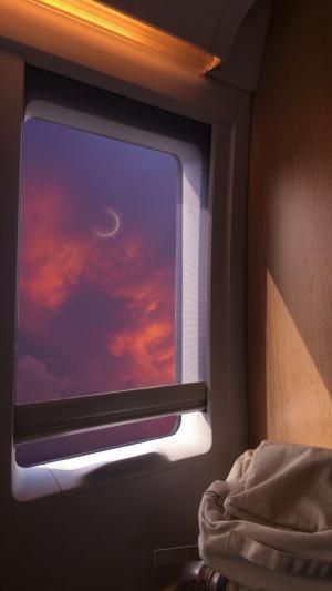列车上的绚丽黄昏美景