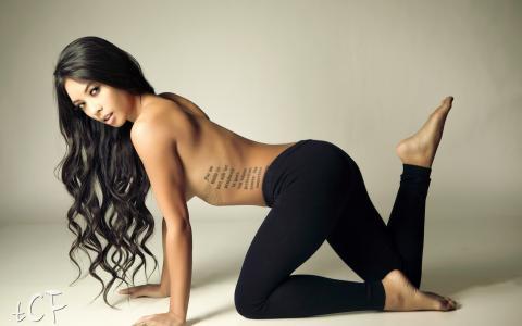 詹妮弗·梅,纹身,姿势,头发