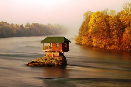 秋天,河流,森林,小屋在世界的边缘,塞尔维亚