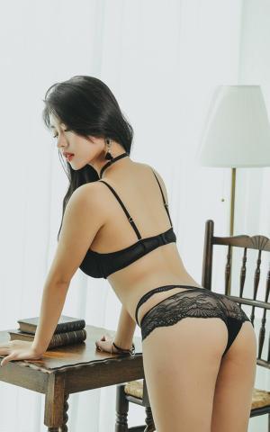 性感美女大秀坚挺臀部傲人身段