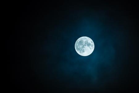 深邃夜空中的皎月