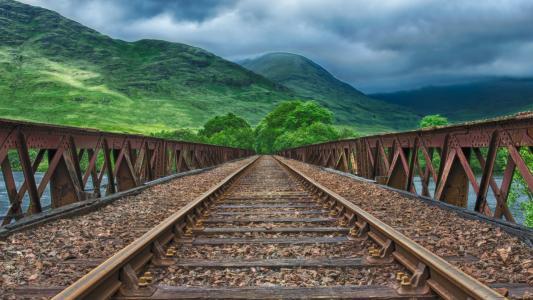 青山下的铁路轨道