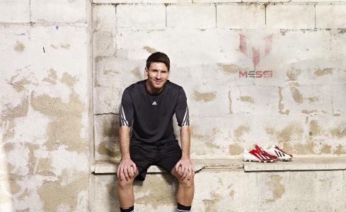 足球运动员,lionel梅西,天才,lionel梅西,坐,看,微笑,巴塞罗那,阿根廷,t恤,短裤,靴子,背景,墙