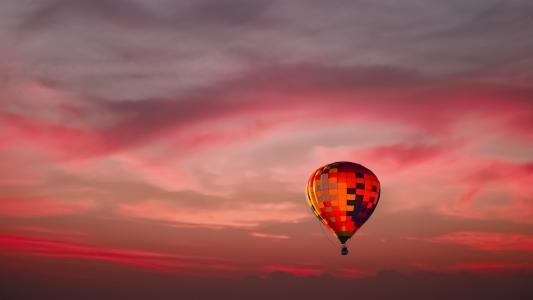 傍晚下的热气球