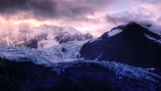 山上的云,顶上的雪,寒冷
