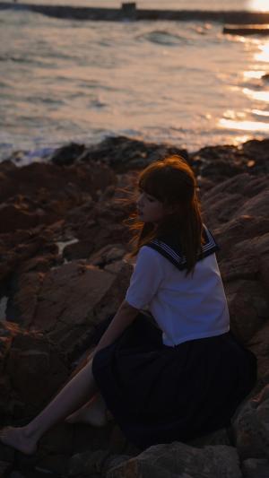 夕阳下海边的JK美少女