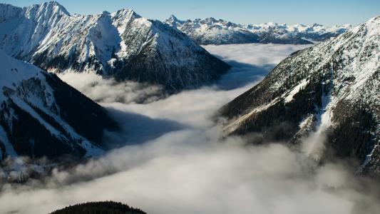 藏匿在云海种的阿尔卑斯山脉