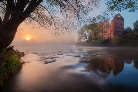 河,岸,老房子,早晨,雾,反射,通过Elena Petrova