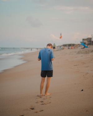 一个人在海边的背影
