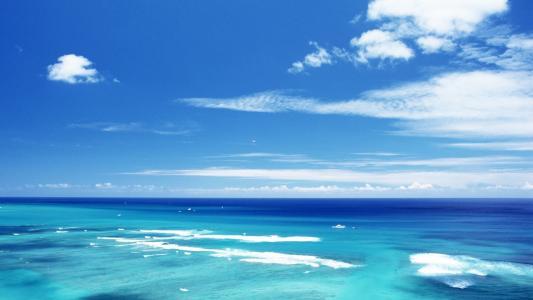 蓝色的光芒,水面上的泡沫,白云