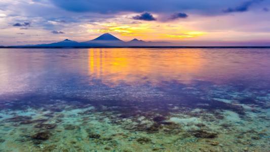 落日余晖下的湖水