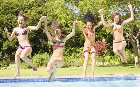 有趣的女孩,池,节日快乐,手牵着手