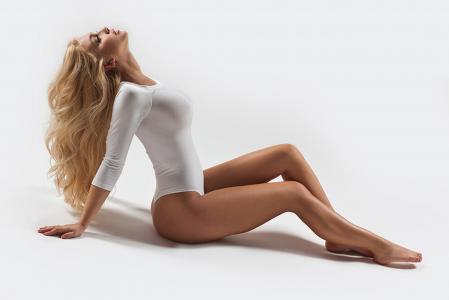 女孩,金发,白色的身体,长长的腿。