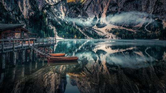 湖面上倒映的高山