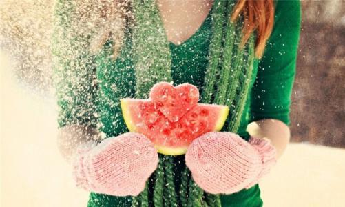 西瓜,心,女孩,棕色头发,红发,手套,冬天,雪,心,感觉,爱,情人节,情人节,情人节