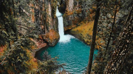 唯美诗意的山间瀑布