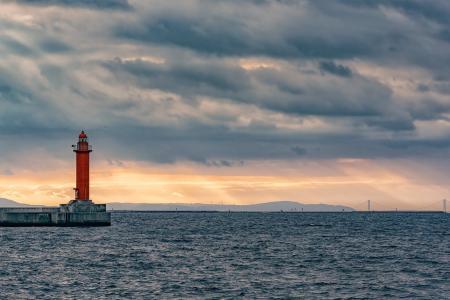 夕阳下优美的灯塔
