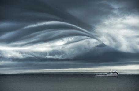 风暴,大海,阳光,灰色的云层,一个毛孔