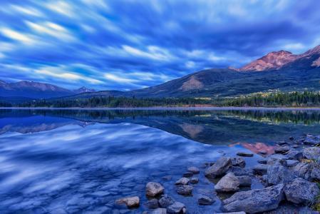 金字塔湖,贾斯珀国家公园,加拿大艾伯塔省,贾斯珀,加拿大艾伯塔省,湖泊,山脉,倒影,石头