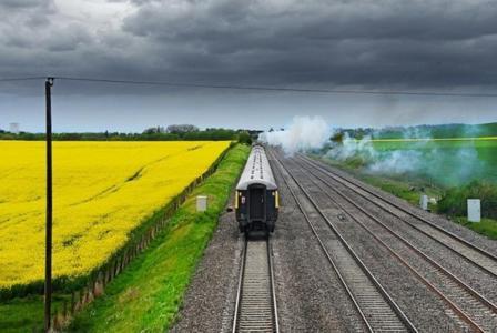 退休的火车,铁路,领域,多云的天空