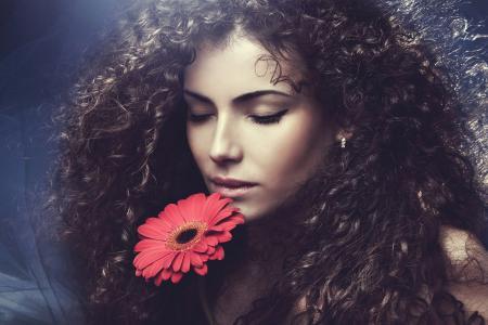 棕色头发的女人,花,黑暗的背景
