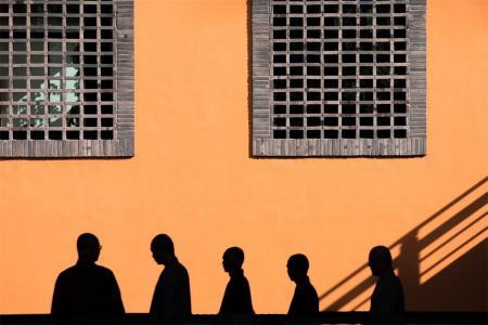 墙壁上的僧人剪影